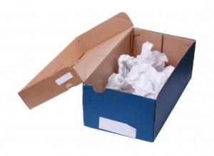10064816-boite-a-chaussures-vide-faite-de-papier-brouillon-et-de-la-carte-concepts-de-recyclage-la-reutilisat